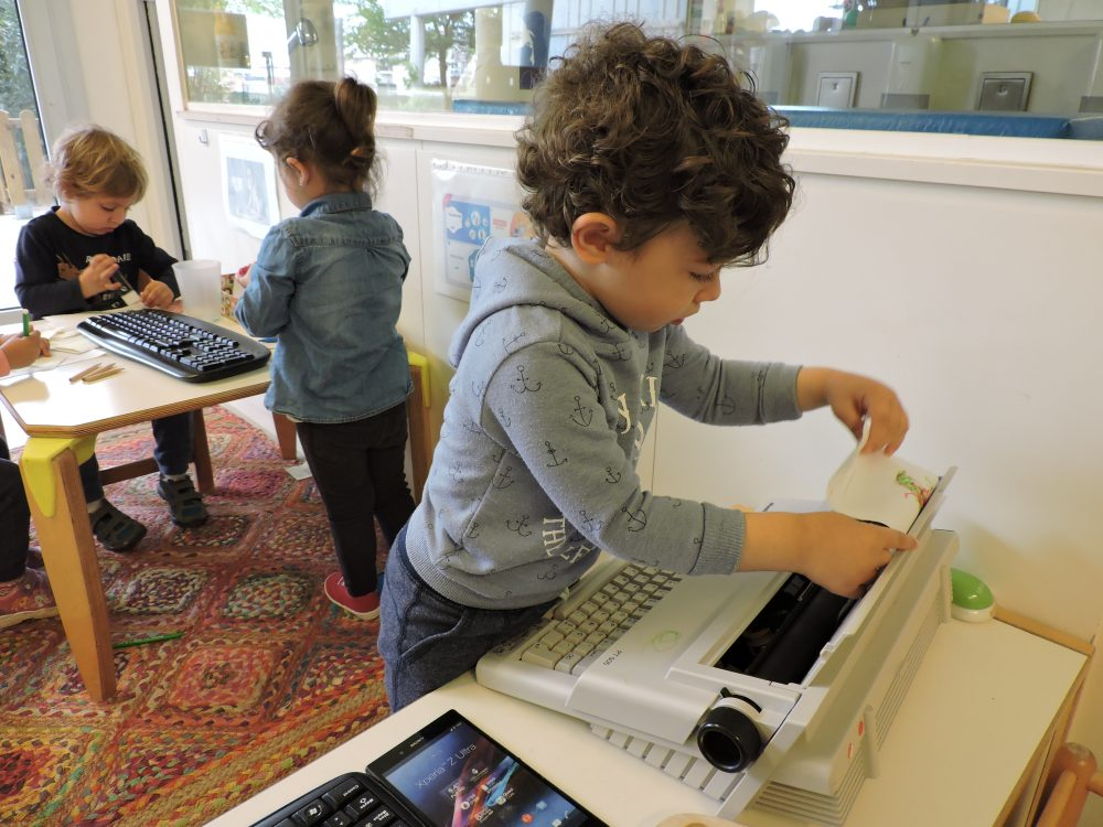 Els infants del grup de Diables estan jugant amb els ordinadors