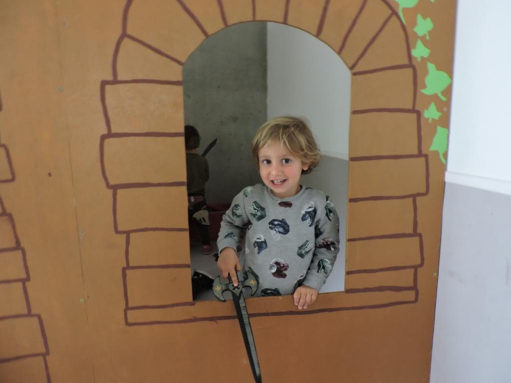 Un nen mira per la finestra del castell