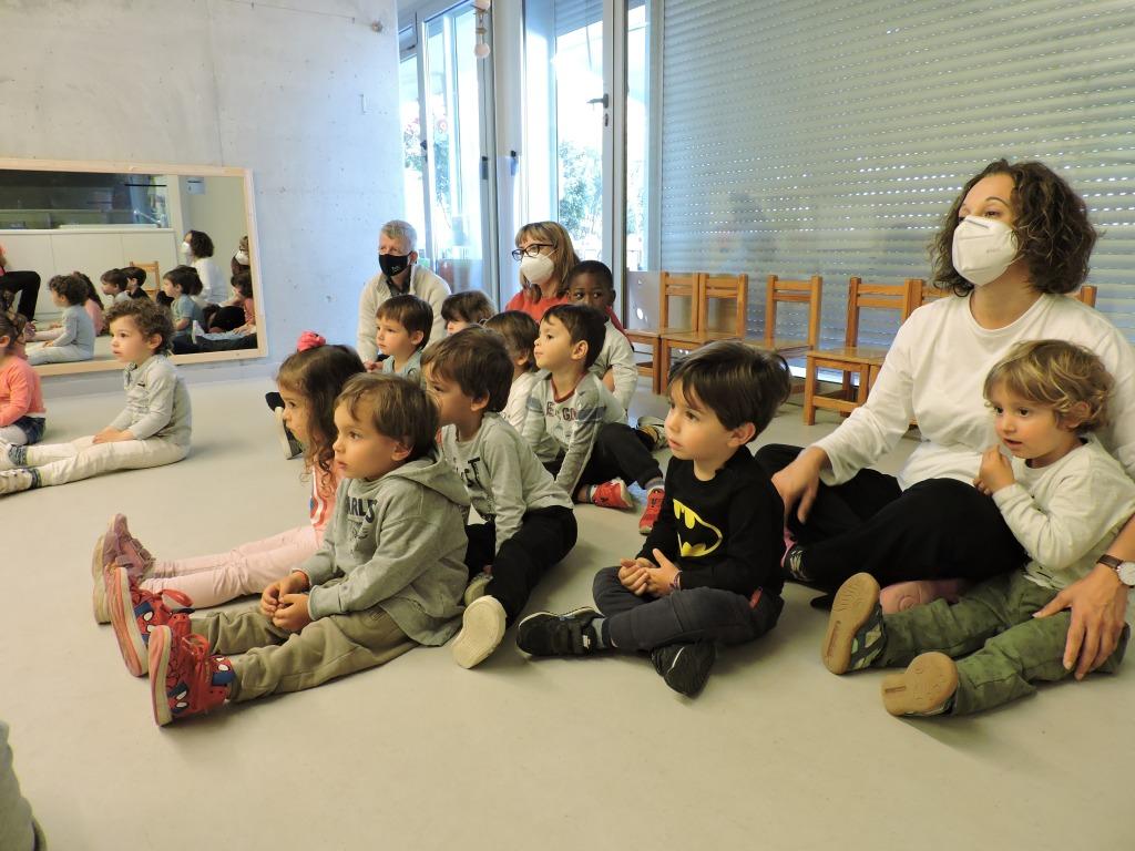 El grup d'infants dels Diables estan escoltant l'audició