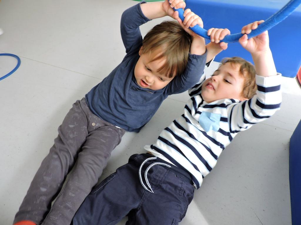 Dos nens juguen amb un anell