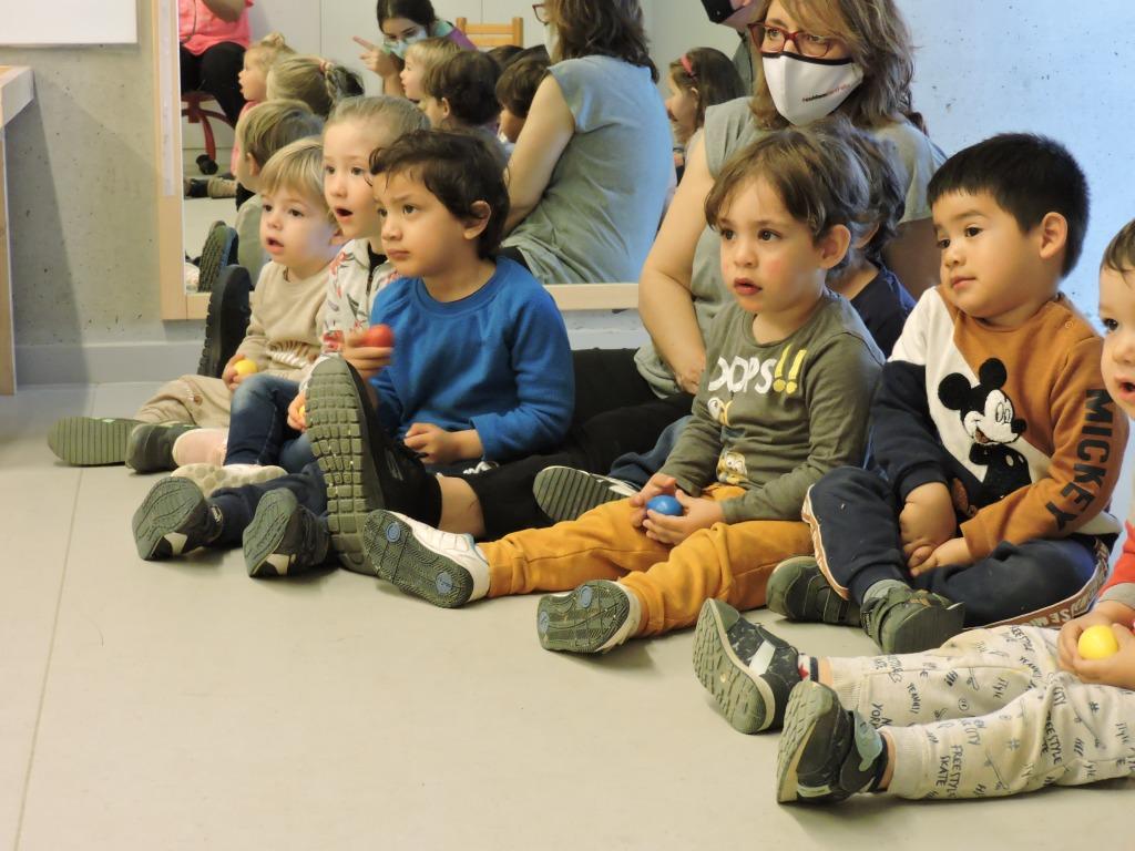 Els infants escolten atents la música
