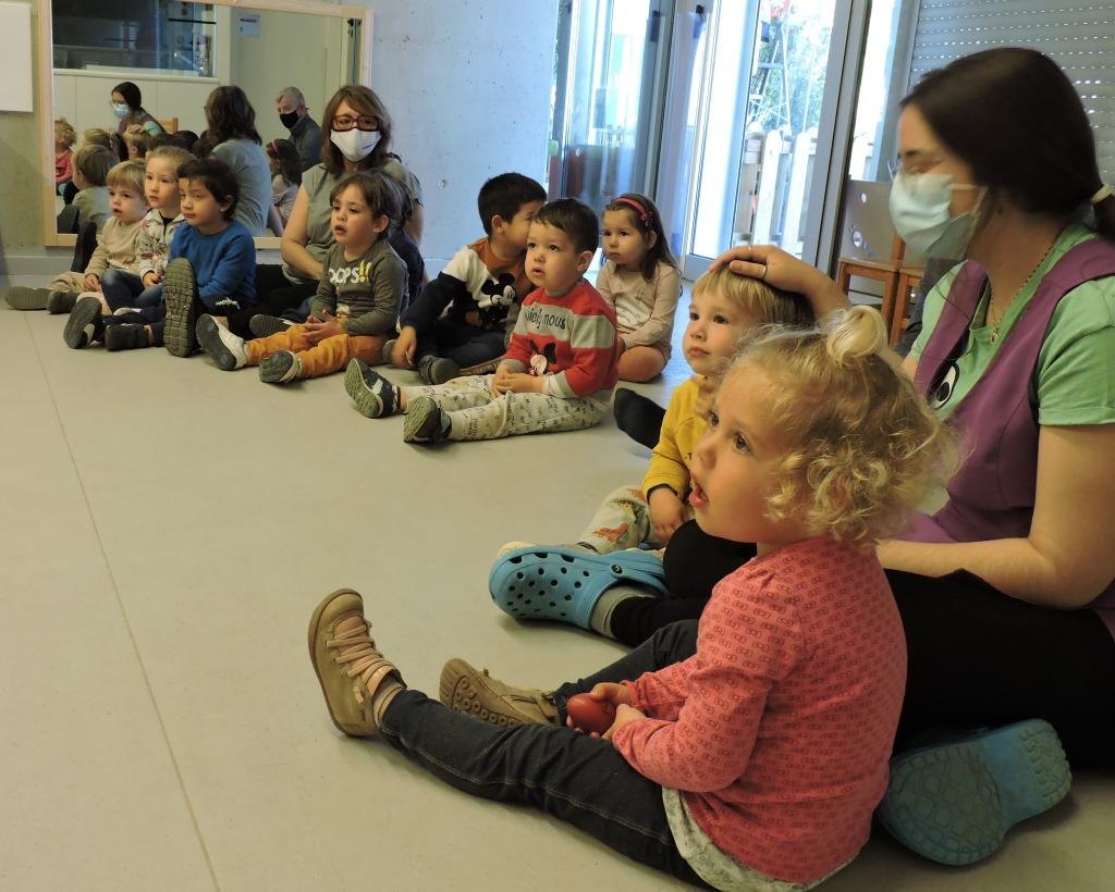 El grup d'infants dels Dracs estan escoltant l'audició