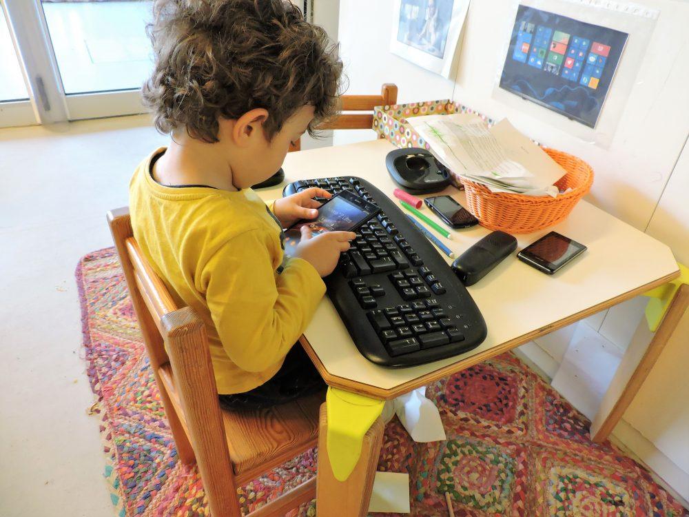 Un nen escriu al mòbil