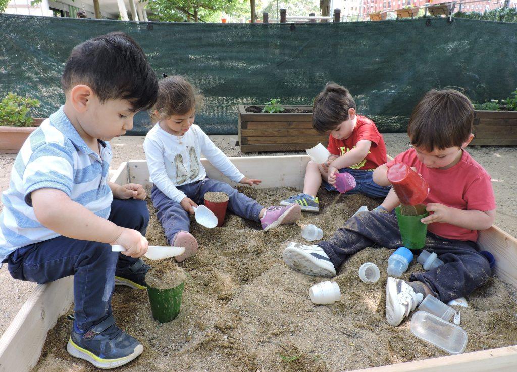 Uns quants infants juguen al sorral