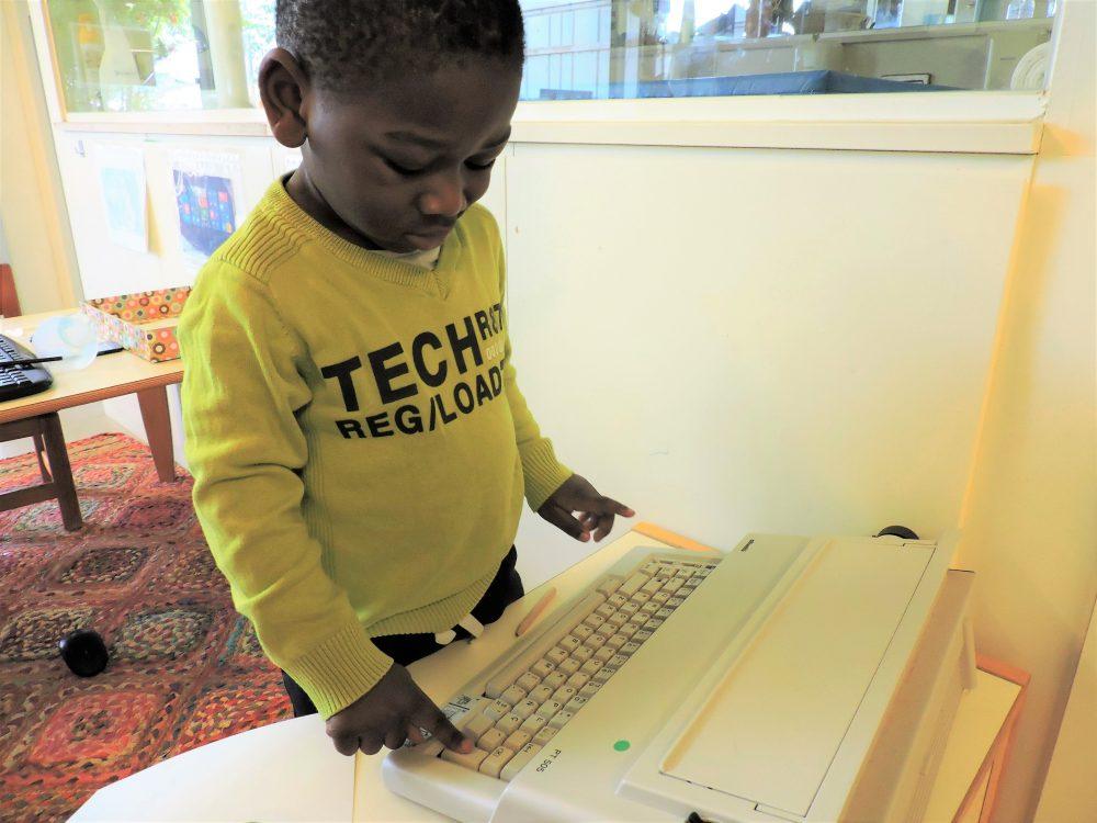 un nen amb la màquina d'escriure