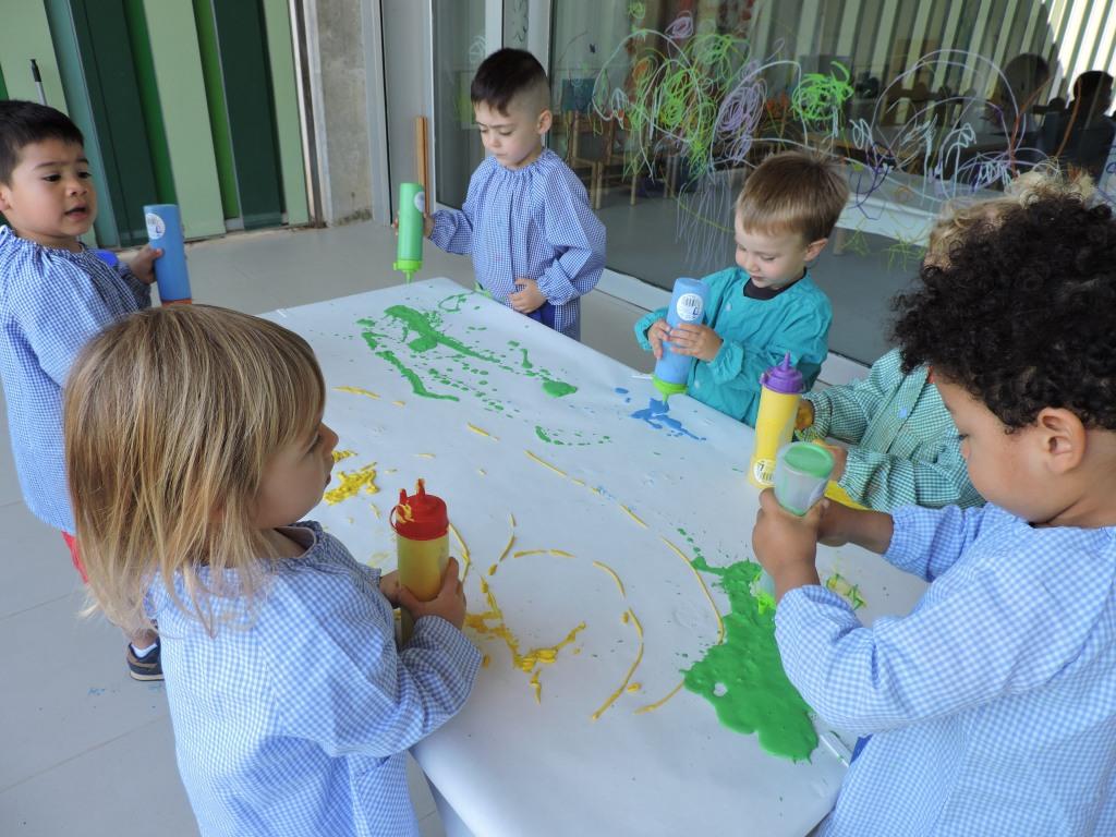 Un grup d'infants del grup de Dracs està pintant