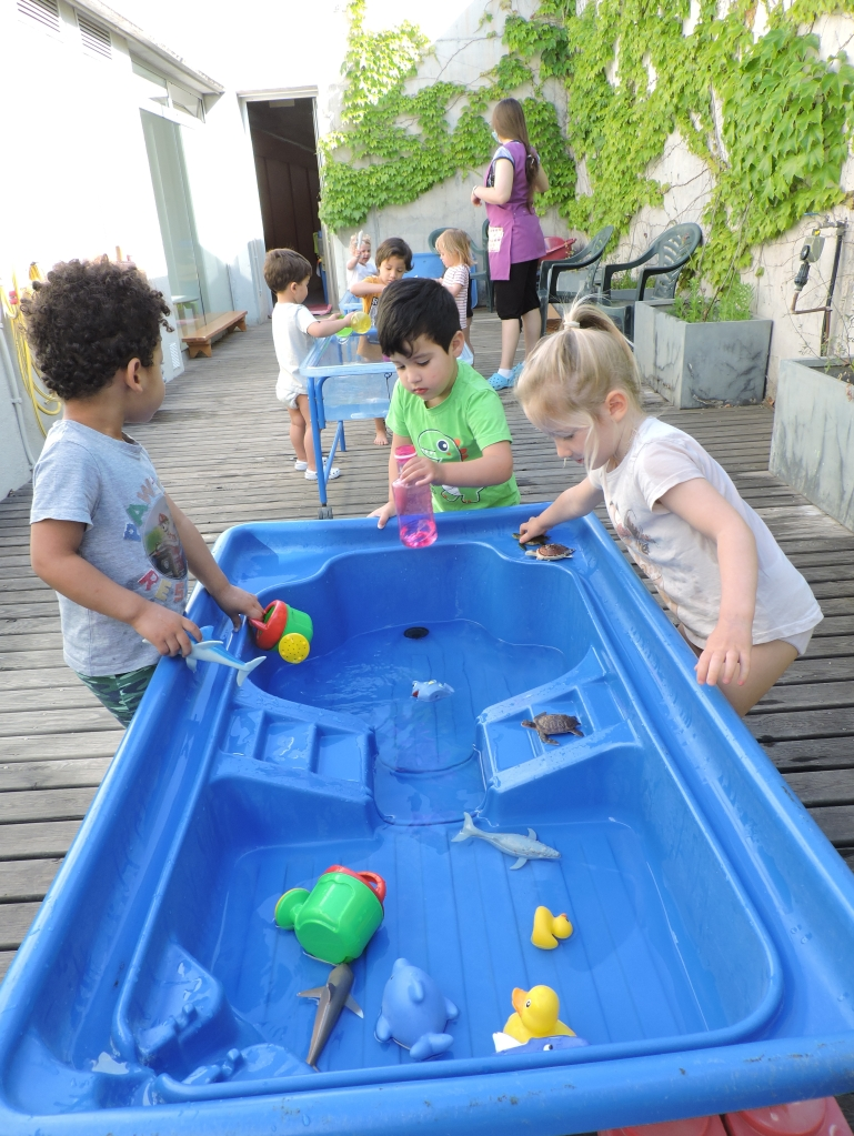 els infants juguen al pati de l'aigua