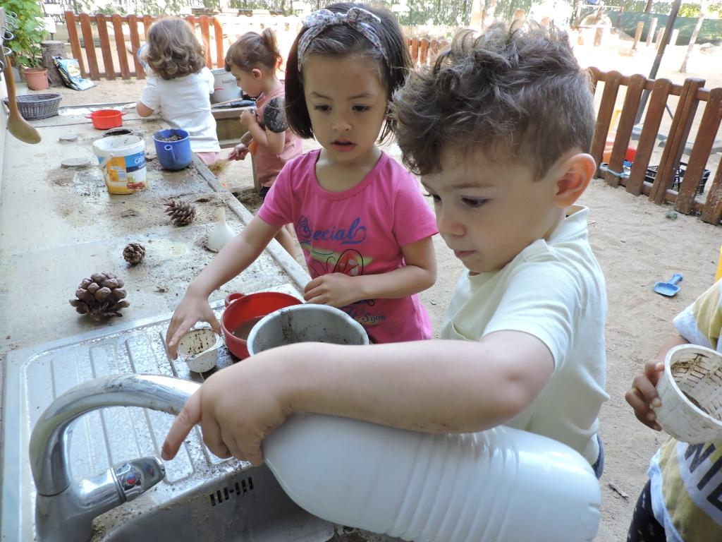 Jugant a la cuineta de l'exterior