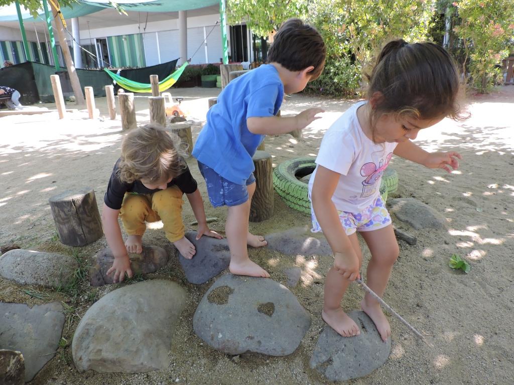 Saltant descalços per les pedres i la terra del jardí