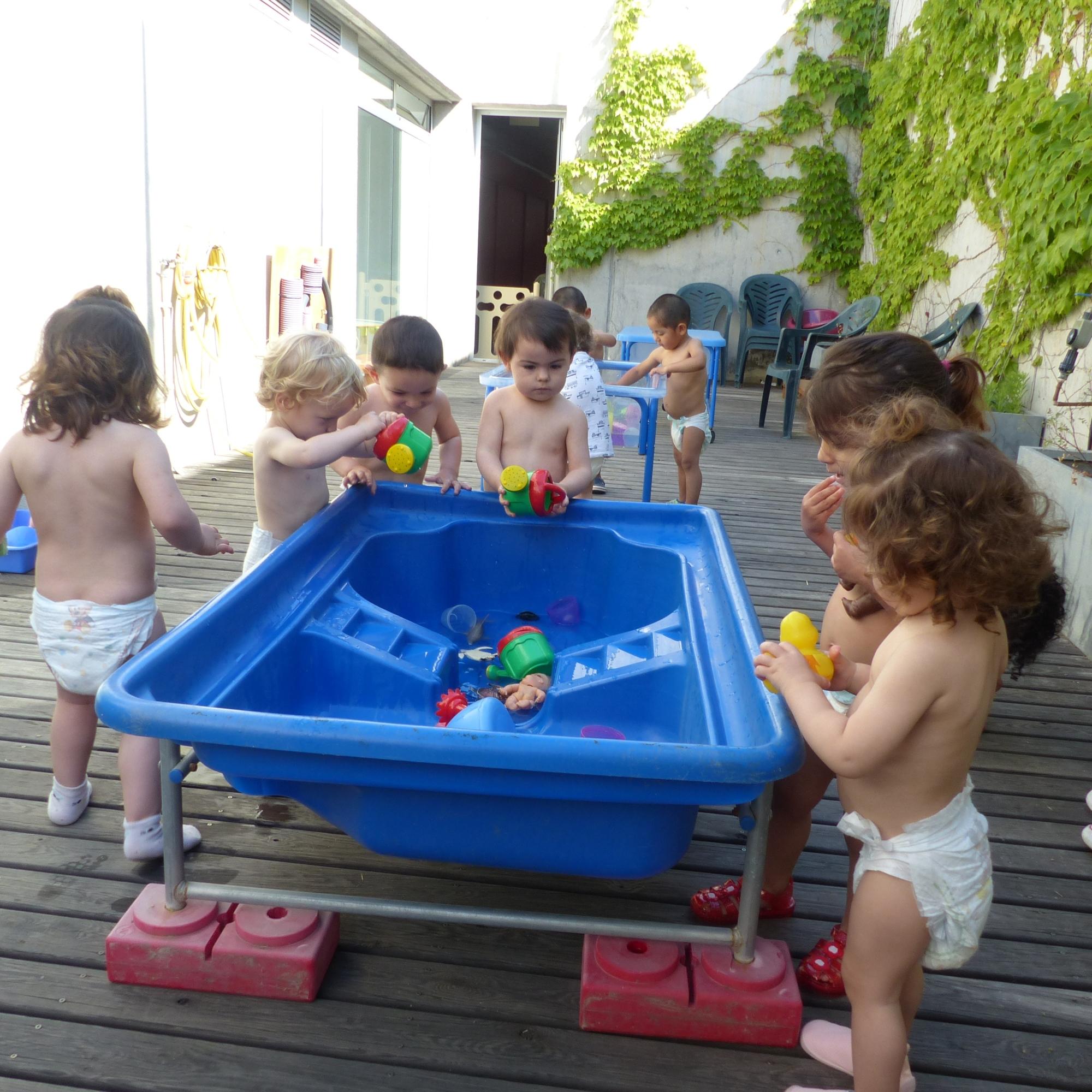 Un grup d'infants juguen amb aigua