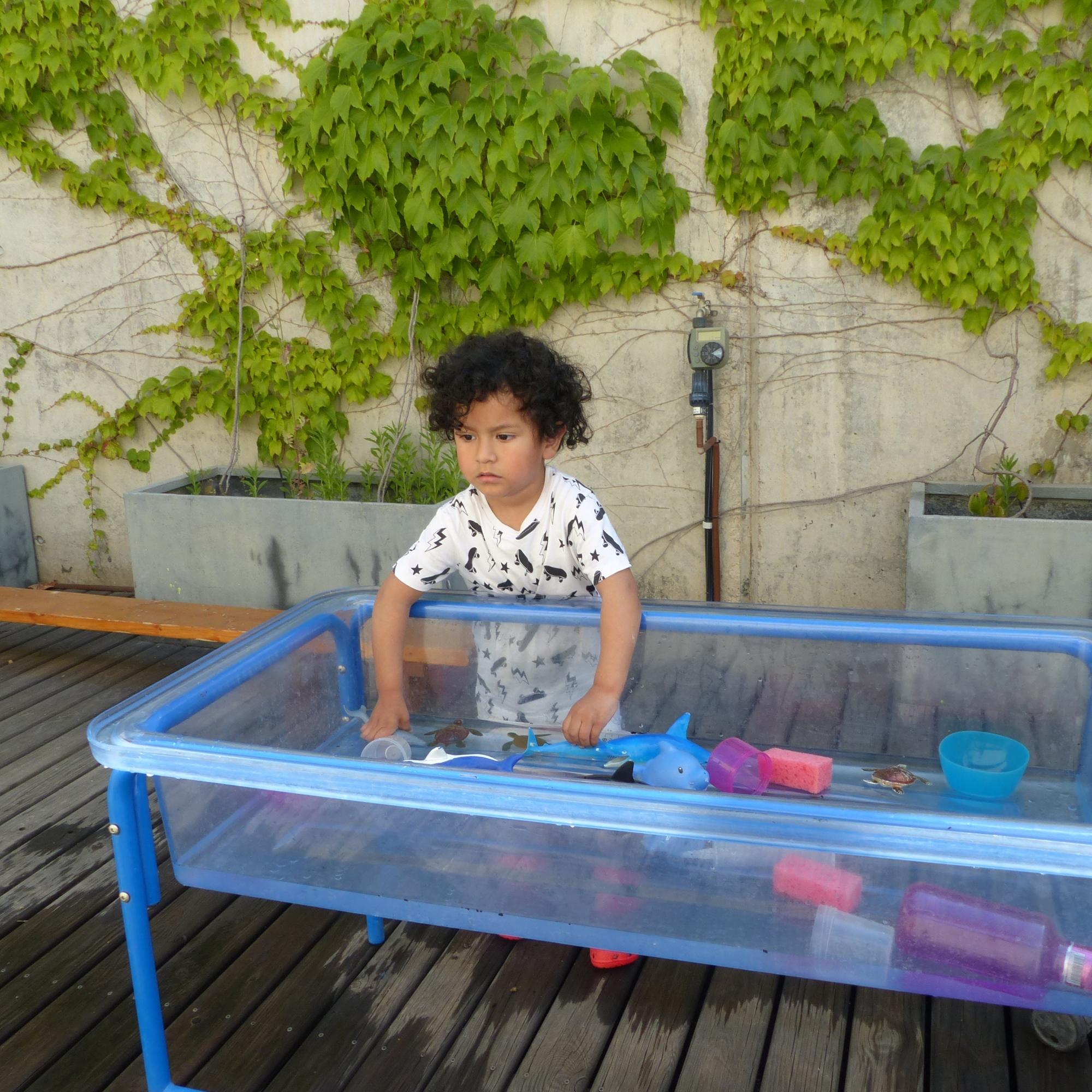 El Jorge juga amb aigua