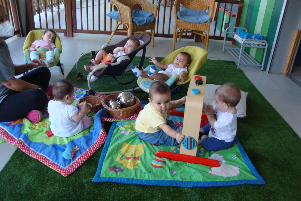 sis nadons descansant o manipulant objectes