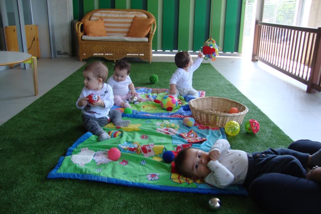 quatre nadons al porxo asseguts i estirats