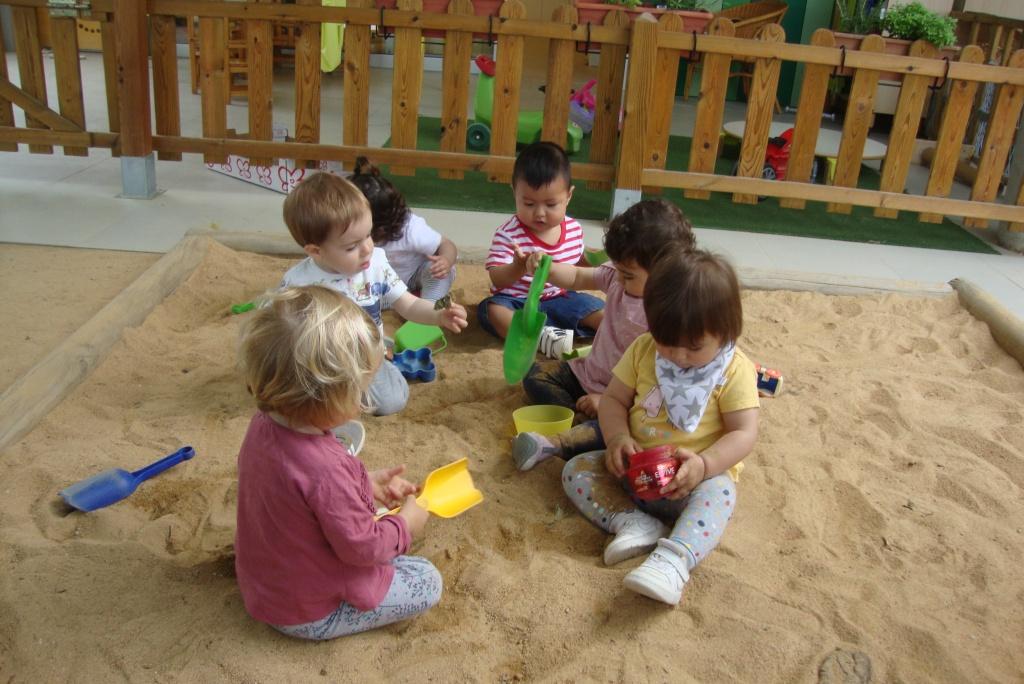 sis infants jugant al sorral