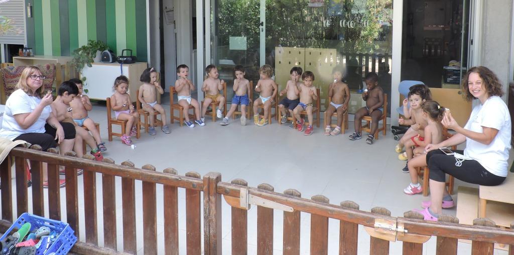 Tot el grup d'infants mengen un gelat