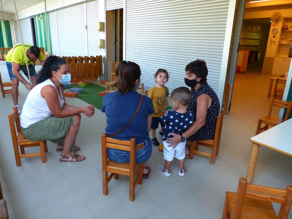 La Mercè al porxo parlant amb unes mames
