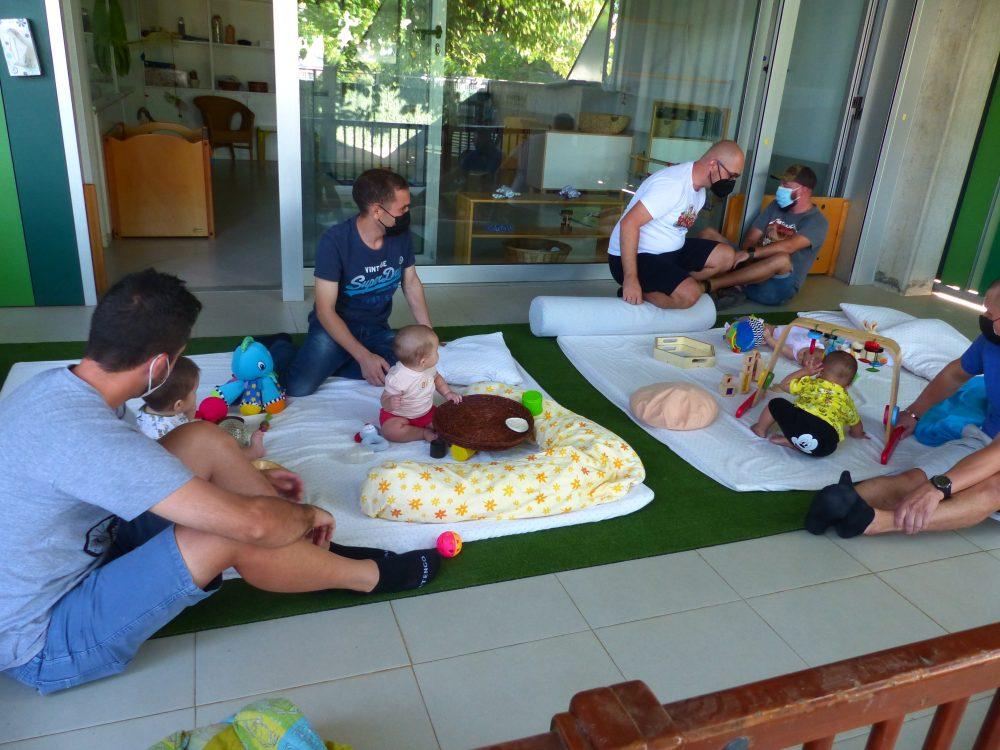 L'ivan està al porxo amb alguns pares